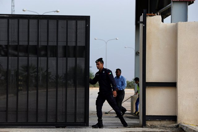 Un policía jordano abre la puerta del paso fronterizo de Jaber