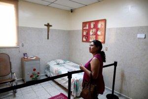 CeciliaFlores junto a la habitación de Óscar Romer