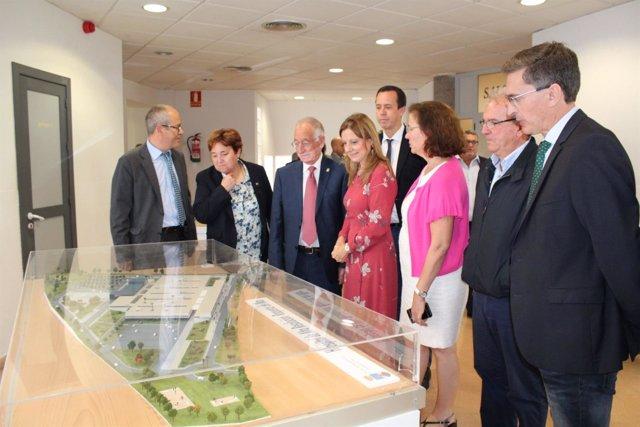 Amat y Álvarez contemplan la maqueta del futuro hospital