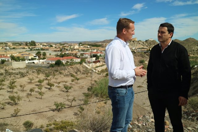 Enríquez dialoga con el alcalde de Zurgena