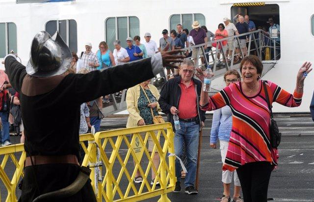 El buque de cruceros atraca en el Muelle Sur de Huelva.
