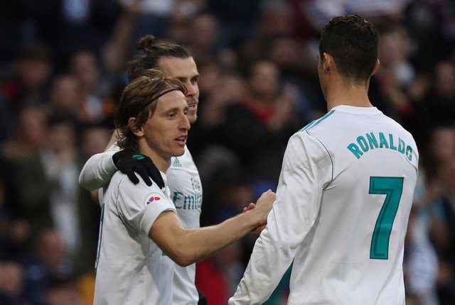 Modric y Cristiano Ronaldo se saludan