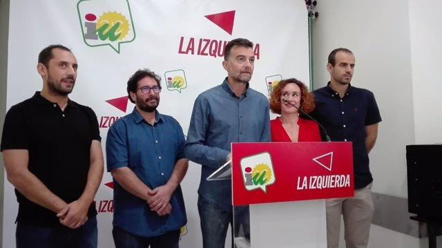 Maíllo (centro) con cargos de IU y candidatos de Adelante Andalucía