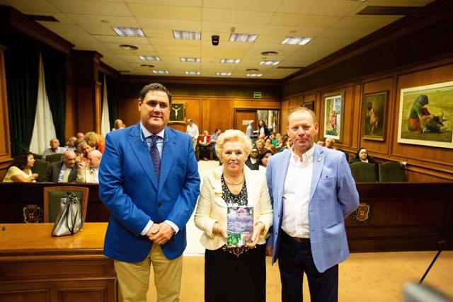 Manuela González Ruiz, junto al responsable del IEA y al alcalde de Rágol.