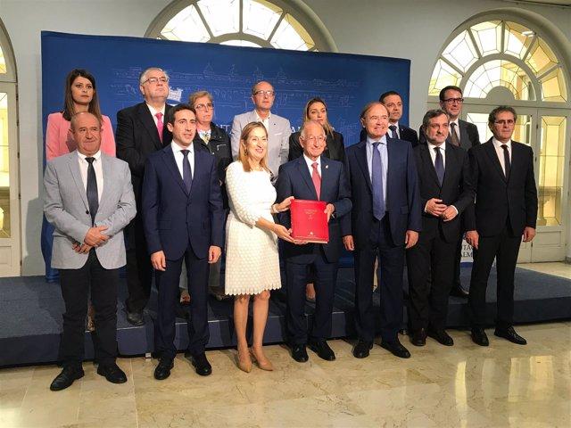 Ana Pastor y Pío García-Escudero, junto a diputados provinciales de Almería.