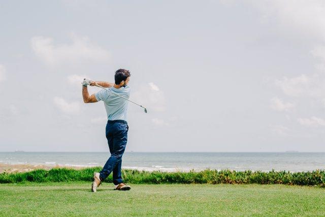 Jugador de golf, campo de golf, palo, campo, mar, césped