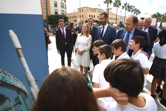 Ana Pastor y Pío García recorren la exposición con escolares de Almería