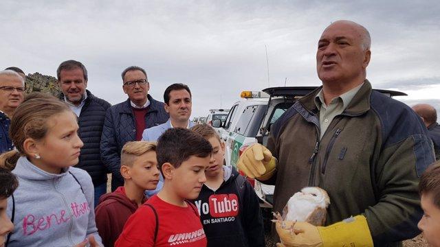 Algar y López (al fondo), junto a los escolares, durante la suelta de aves
