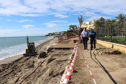 Más de 50 operarios trabajan en restauras las playas de Mijas tras los temporales