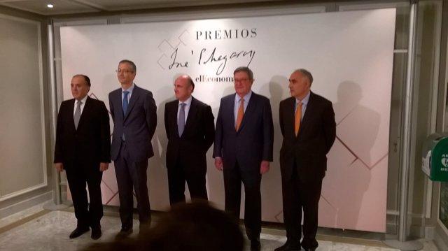 Luis de Guindos recibe el primer premio José Echegaray de elEconomista