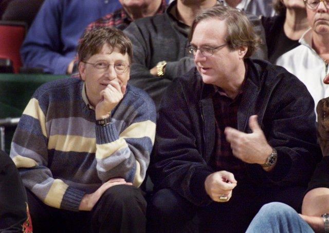 Paul Allen (derecha), junto al otro cofundador de Microsoft, Bill Gates