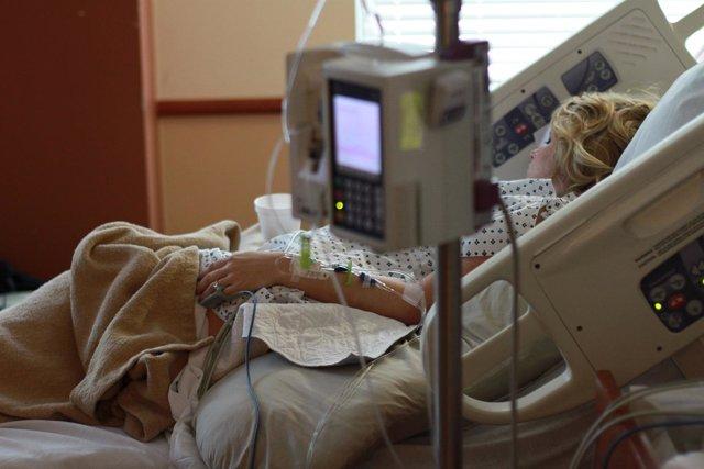 Una mujer ingresada en el hospital