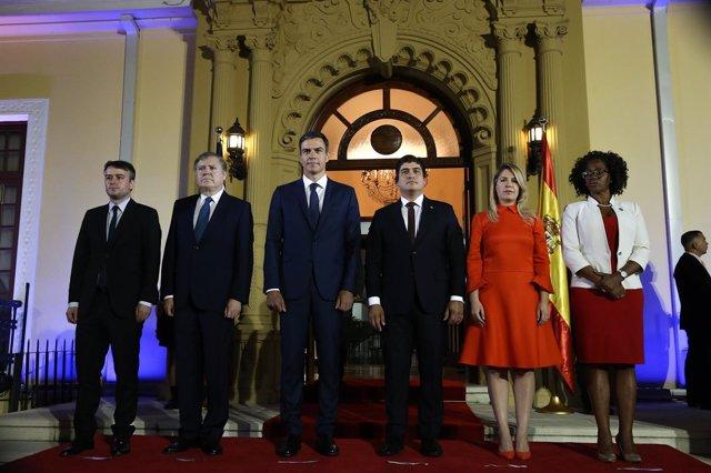 Iván Redondo, primero por la izquierda, acompaña al presidente del Gobierno