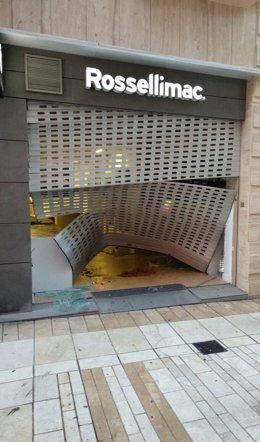 Investigan un robo tras alunizaje en una tienda de móviles en la capital.