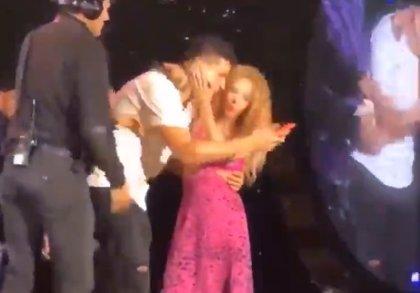 Un fan de Shakira se cuela en el escenario (perseguido por la seguridad) para abrazarla y hacerse un selfie con ella