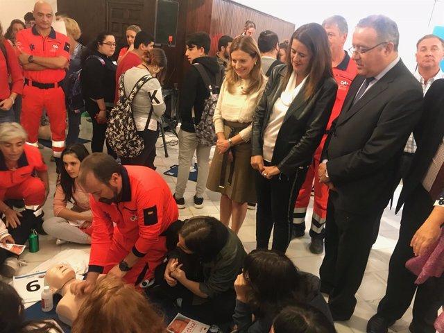 Marina Álvarez y Sonia Gaya visitan una actividad de cardiorreanimación
