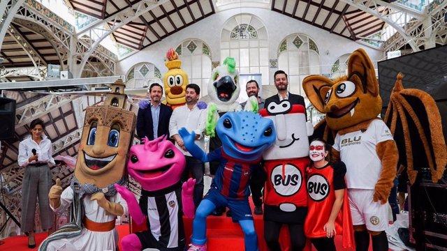 La nueva mascota del Mercado Central, 'Cotorra', junto a sus 'amigos'