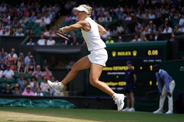 Angelique Kerber ejecuta un golpe en Wimbledon