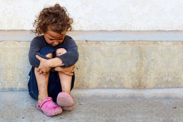 Niño triste y pobre