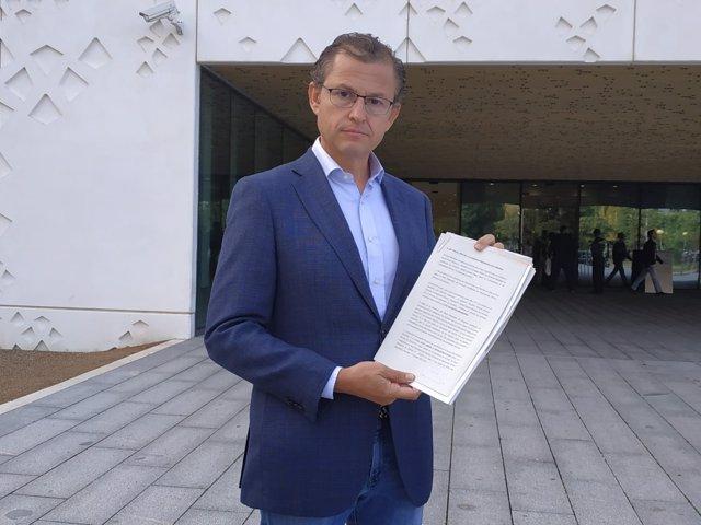 Dorado muestra la denuncia que ha presentado ante la Fiscalía