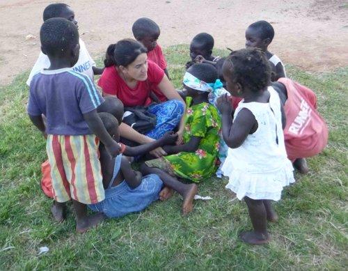 Carmen Aranda, misionera laica con un grupo de niños en Uganda