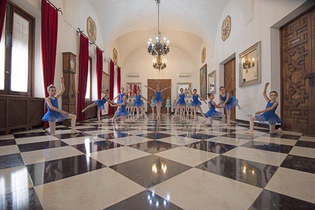 Alumnas del Conservatorio de Danza reciben a las visitas en la Diputación