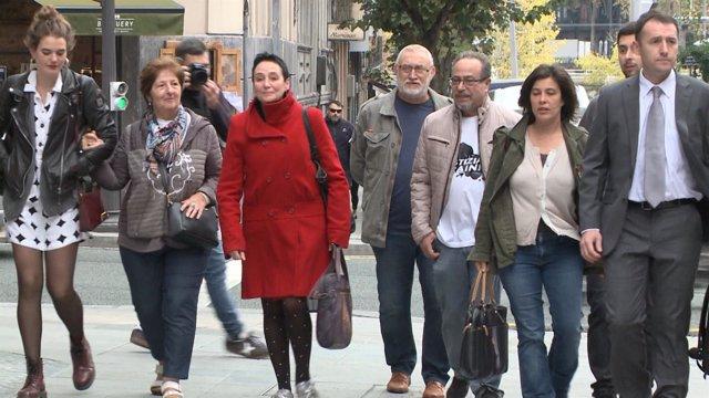 Llegada al Palacio de Justicia de los padres de Iñigo Cabacas con su abogada