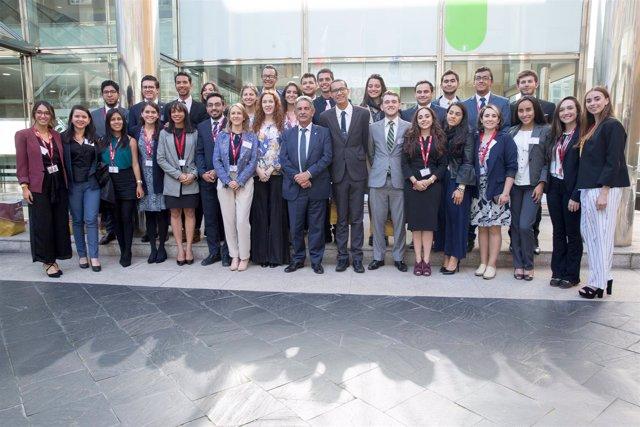 Revilla con participantes de programa de función pública en Latinoamérica