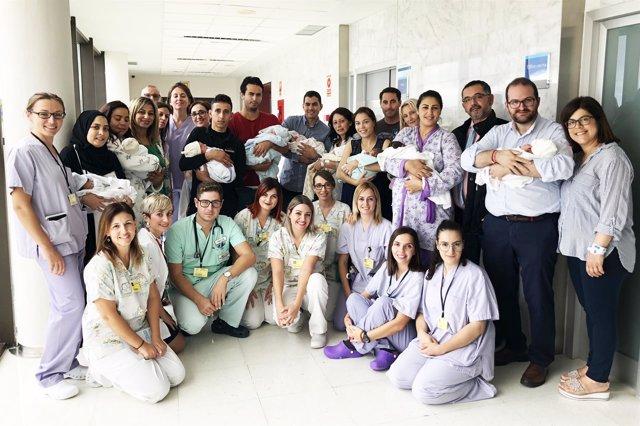 Algunos de los nuevos padres con el equipo médico
