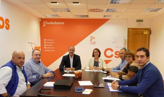 Fuentes y Pilar Vicente, reunidos con la AUGC.