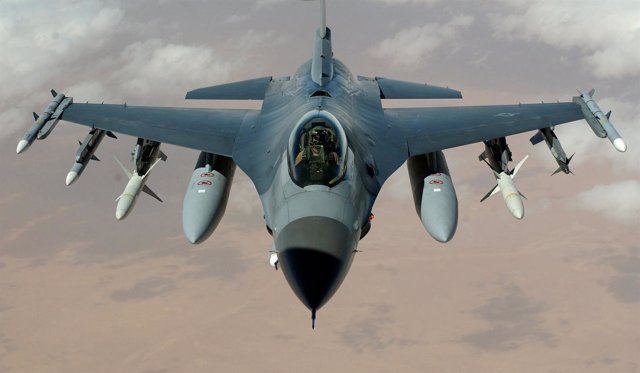 Caza F16 volando