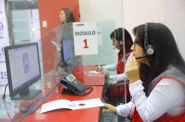 Mujeres trabajando en la nueva línea telefónica contra el acoo sexual