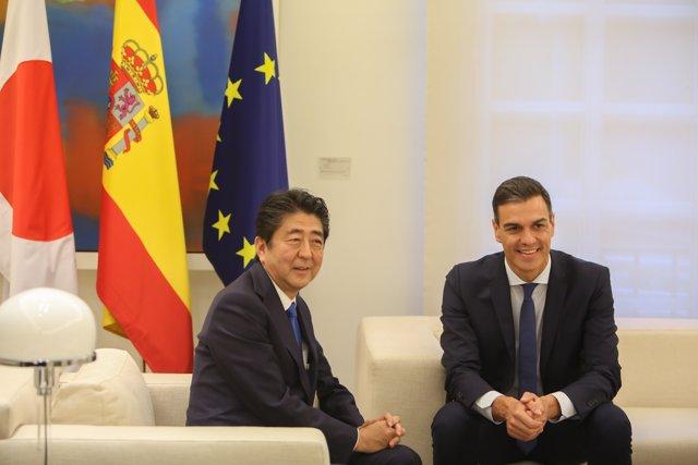 Pedro Sánchez recibe al primer ministro de Japón Shinzo Abe