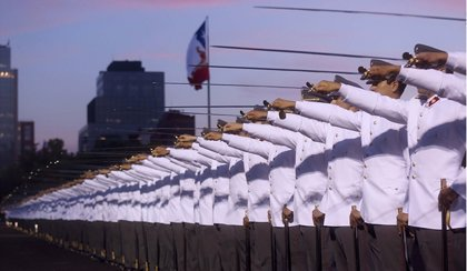 Destituyen a un alto cargo militar en Chile por homenajear a un genocida