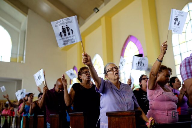 Fieles en una iglesia de Cuba se pronuncian contra el matrimonio homosexual