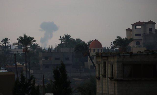 Humo después de un ataque aéreo israelí en la Franja de Gaza