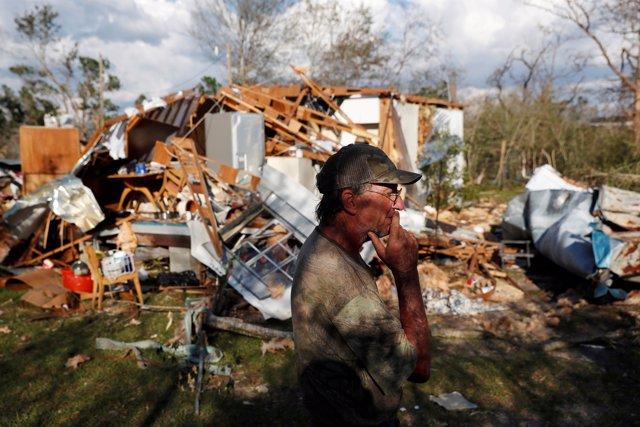 Bernard Sutton ante lo que queda de su casa tras el paso del huracán 'Michael'