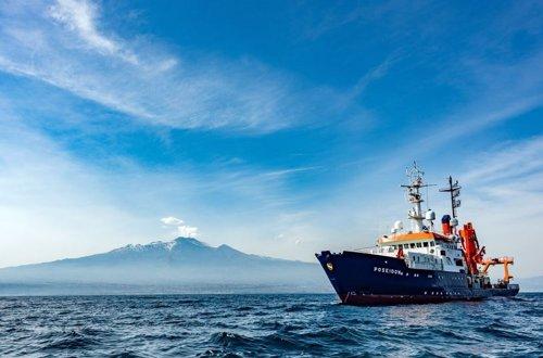 El buque de investigación, con el Etna al fondo