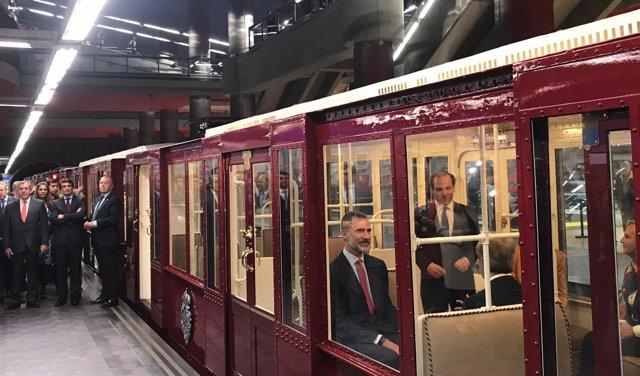 El Rey se sube al Metro, como hiciera su bisabuelo en la inauguración