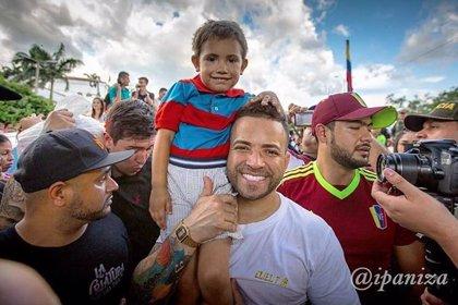 El cantante Nacho entrega bolsas de comida y ropa a los migrantes venezolanos que llegan a la frontera colombiana