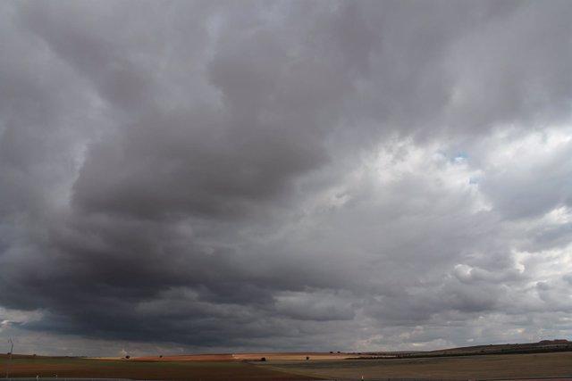 La conjunción de dos borrascas provocará a partir de mañana lluvias muy fuertes y tormentas en Península y Baleares