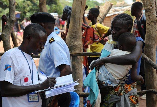 Agentes de la OIM con migrantes congoleños
