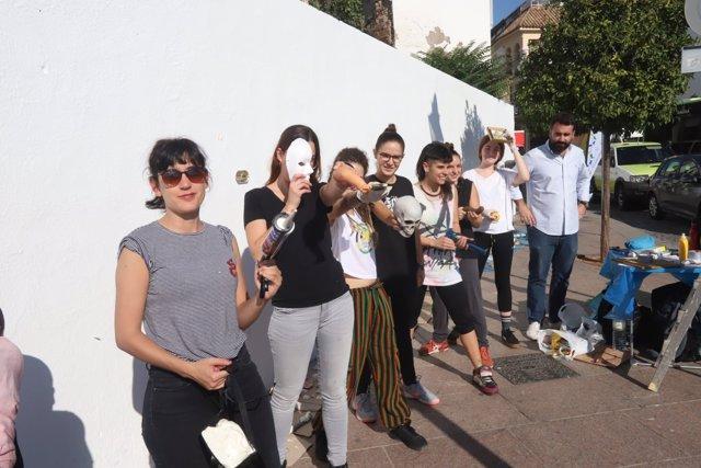 Mayoral (al fondo), junto a las participantes de 'Amo/Odio Córdoba'