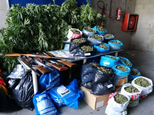 Marihuana, armas y dinero intervenidos por los Mossos en Alfarràs