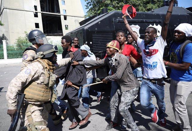 La Policía Nacional de Haití frena a manifestantes en protestas por Petrocaribe