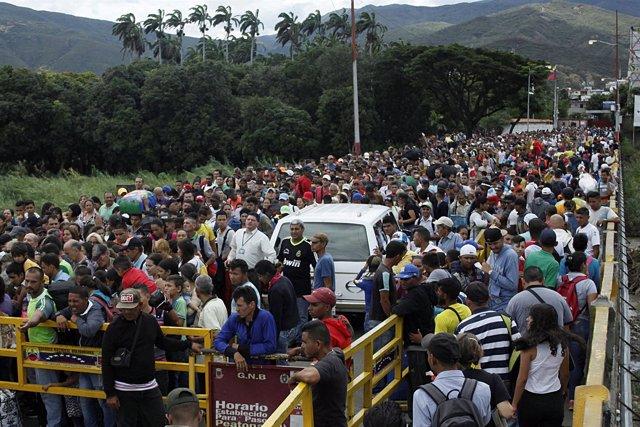 Colas de venezolanos en la frontera con Colombia