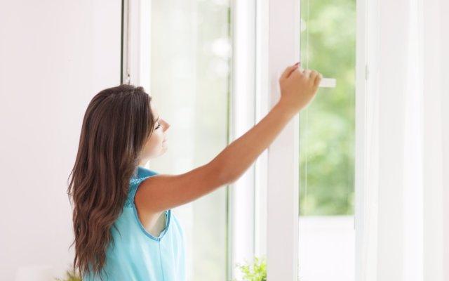 Dejar entrar la luz del sol puede matar a las bacterias que viven en el polvo