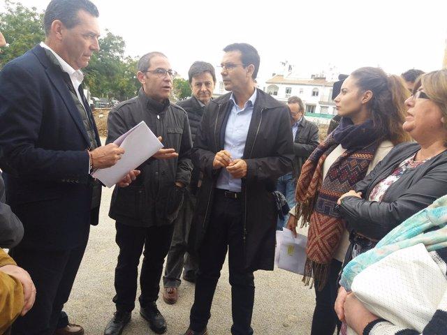 El alcalde de Granada, Francisco Cuenca, en una visita de barrio