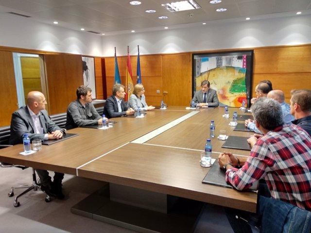 Reunión de Javier Fernández con representantes de trabajadores de Alcoa