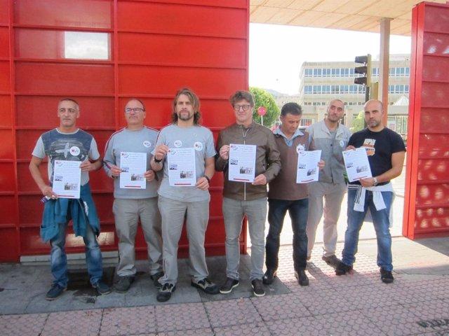 Representantes de la CUT en la puerta de PSA Vigo.